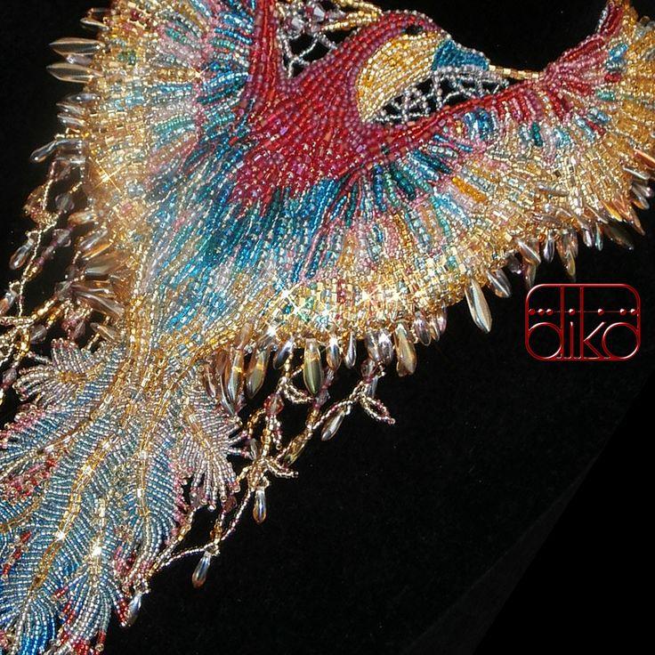FÉNIX - nápadný, extravagantní, originální, luxusní autorský šperk, zhotovený na zakázku, určený především pro společenské příležitosti. Fénix, bájnýohnivý pták, je bytost na straně lásky a dobra. Jeho slzy jsou léčivé a jeho peří ochraňuje už darované. Umírá spálením sebe sama a opět se ze svého popela narodí zdravý, krásný a ...