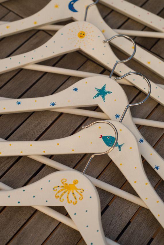 Percha de madera pintada a mano con corazón / La Casa de La Playa - Artesanio