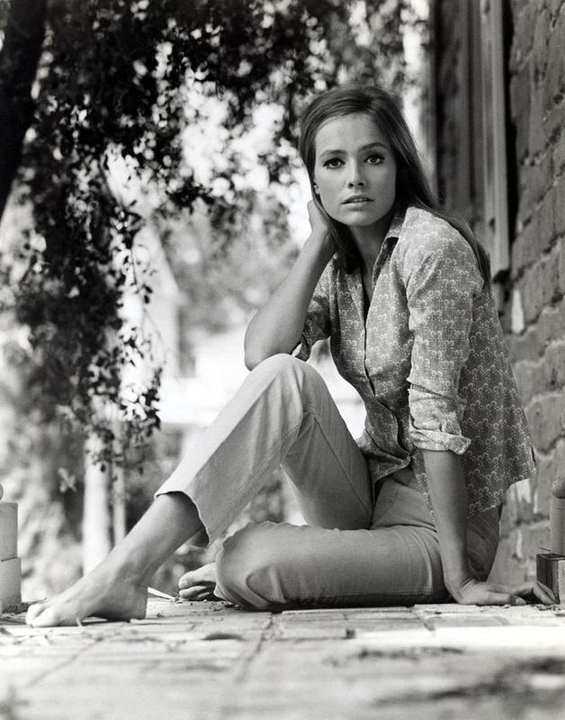 Eva Renzi (* 3. November 1944 in Berlin als Evelyn Hildegard Renziehausen; † 16. August 2005 ebenda) war eine deutsche Schauspielerin.
