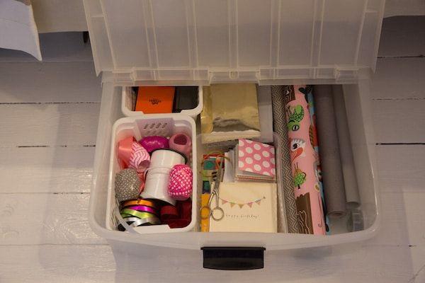Presentpapper kan vara bökiga att förvara. Ni kanske har sett detta tips på att samla presentpapper i IKEA:s förvaring, som från början är avsedd för plastpåsar. Men den funkar ju alldeles utmärkt till presentpapper. Men vill du även kunna samla alla tillbehör som hör presentinslagningen till, som exempelvis även snören, presentpåsar, presentkort och kanske även sax och tejp, så kan allt med...