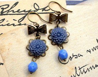 Pendientes de flor azul Lucite flor aretes por BeadedByAng en Etsy