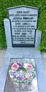 dierbare herinnering op de begraafplaats Je hoeft niet bang te zijn dat de nieuwe producten van Keramiek voor buiten niet tegen vorst kunnen. Deze krans met bloemen ligt al jarenlang in Nederland. These ceramic flowers are resistant to frost as proven by this picture. Cemetery in the Netherlands