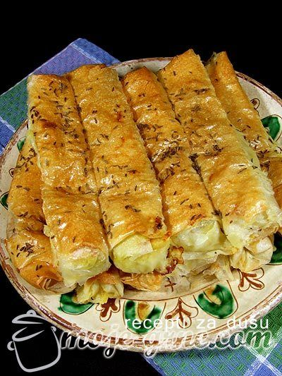 Potreban materijal: 500g tankih kora za pitu 500g sitnog kremastog sira 1 manji praziluk 200g šampinjona 2 jaja 1 kesica praška za pecivo 150ml ulja mešavina začina kim Priprema: Praziluk i šampinjone iseckati na kockice. Na malo ulja propržiti praziluk kako bi omekšao, dodati zatim šampinjone i mešavinu začina po ukusu. Dinstati dok šampinjoni ne …