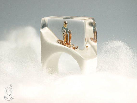 Ski bunny – sporty ski figure ring with a mini-skier on a white slope made of resin for après-ski fun