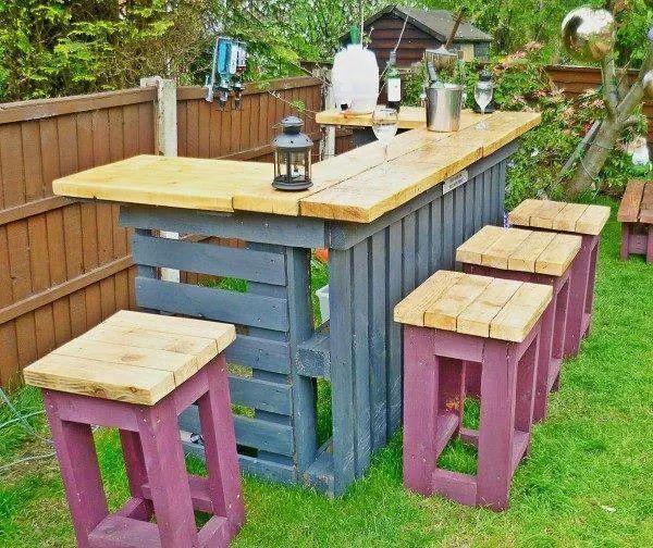 Barra de bar y taburetes realizados con palets y madera reciclados hecho a mano bricolage