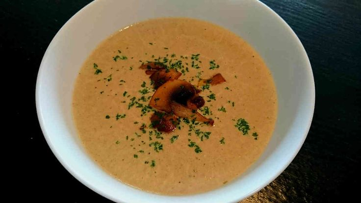 Ett enkelt och gott recept på en slät champinjonsoppa som du kan ha som förrätt, lunch eller middag. Servera gärna med lite knaperstekt bacon.