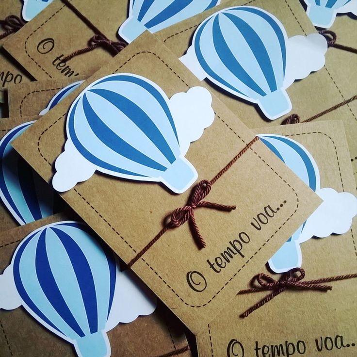 Convite Festa Balão    - 10x14 cm  - Scrap na frente (cor pode ser alterada)  - Papel Kraft 180g (impressão preto)  - fita rabo de rato (podendo alterar a cor)    - PRODUÇÃO: 15 DIAS ÚTEIS APÓS ARTE APROVADA