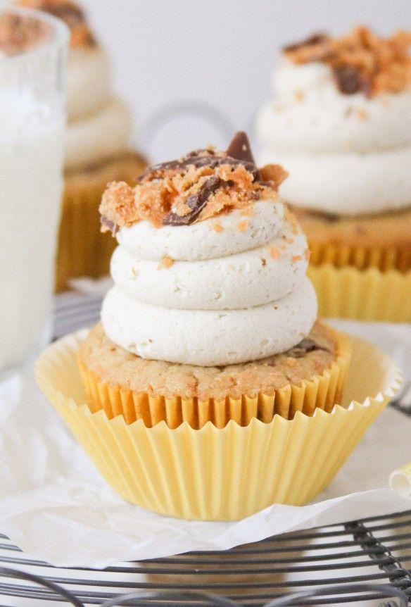Butterfinger Cupcakes - confessionsofacookbookqueen.com