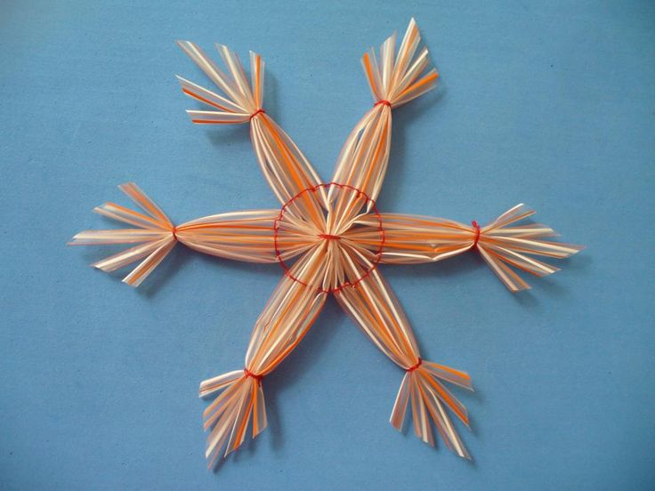 Christmas crafts snowflakes with plastic straws for Plastic straw art