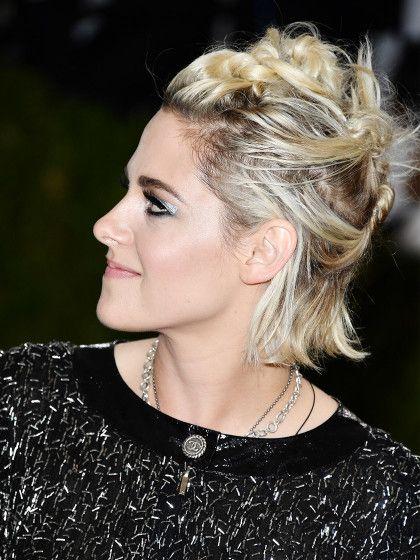 13) Chaotischer Updo: Kristen Stewart hat unterschiedliche Partien ihres Bobs nach hinten eingedreht und kreuz und quer festgesteckt. Das geht natürlich auch mit längeren Haaren.