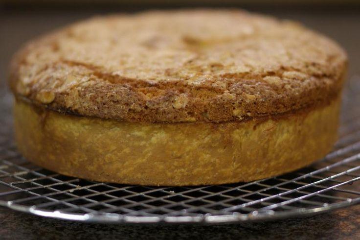 Is dit een taart of is het een cake, dat mag je zelf beslissen. Eén ding staat vast: iedereen kan dit gebak op de tafel zetten en het smaakt voortreffelijk bij een verse kop koffie.