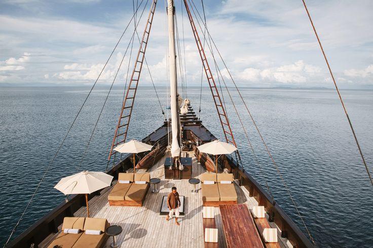 Dek dengan kursi santai dan tempat berjemur. http://destinasian.co.id/ekspedisi-pinisi-di-raja-ampat/