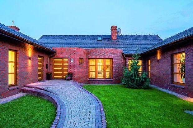 Trzyskrzydłowy dom z dziedzińcem zdjęcia: Bartosz Makowski