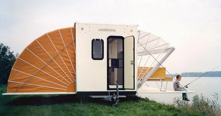 Этот обычный фургон для кемпинга легко превращается в настоящий раскладной дом. Его можно использовать для походов, пикников или даже рыбалки. Кроме того, идея «гармошки» настолько проста и функциональна, что такую конструкцию может применить для себя почти каждый.