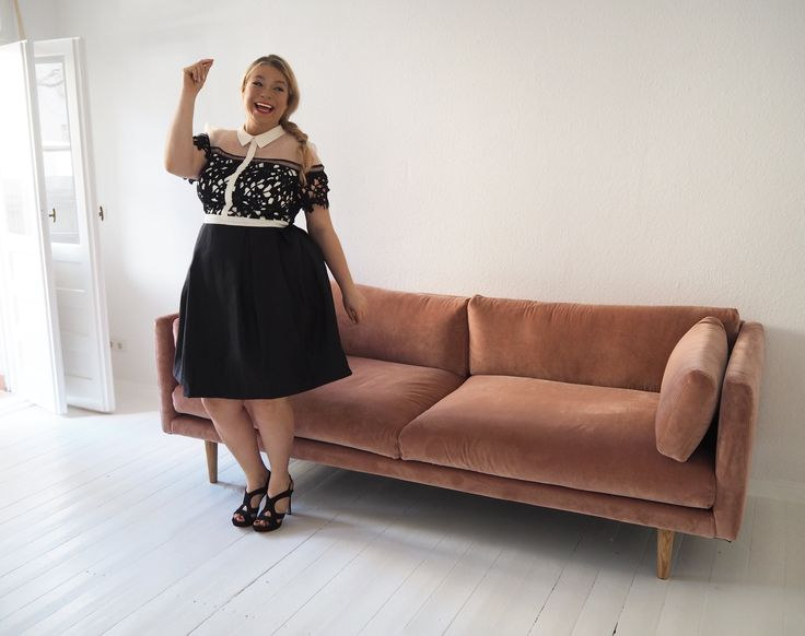 Pink velvet sofa. Danish Design: #Sigurdlarsen. Rosa Samt Sofa Wohnzimmer Living room Plus size Model Caterina Pogorzelski Bloggerin Megabambi chichi clothing Plus size Fashion Black white dress