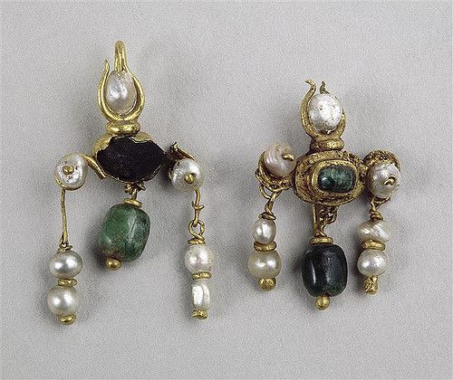 earrings, gold with pearls, Roman, 2nd-3rd c. (Louvre BJ428; BJ429) | other materials: emerald, sapphire (possibly) h: