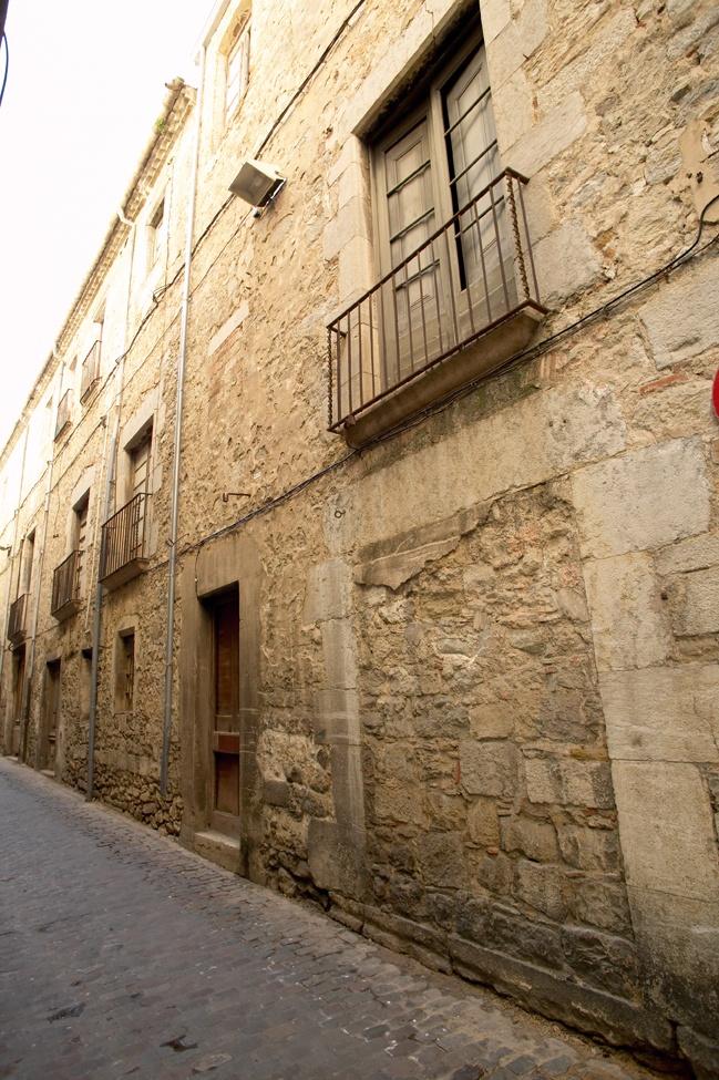 Cerverí de Girona - Girona. Girona ofereix als seus visitants un ventall molt ample de coses per veure. En destaquen la catedral, l'antic barri jueu, els banys àrabs, el museu del Cinema, excursions al llac de Banyoles (20 km), el poble de Besalú (30 km), els imponents boscos de la Garrotxa, la zona volcànica d'Olot (40 km), Figueres (35 km) i la visita al Museu Dalí.