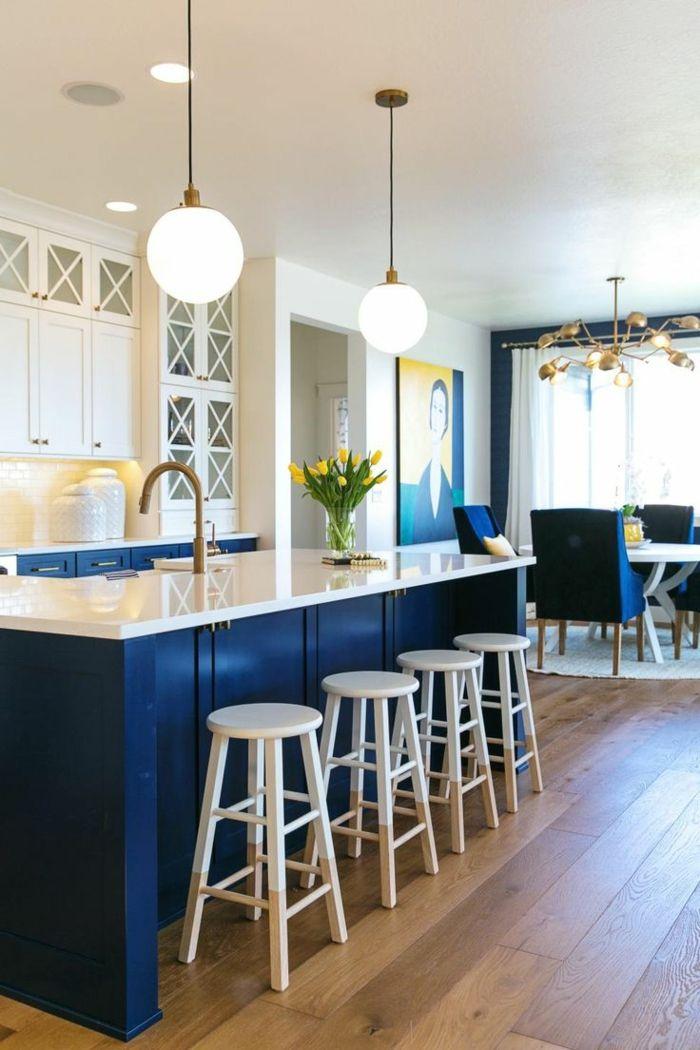 küchenfarben blaue kücheninsel mit weißen oberschränken und holzboden
