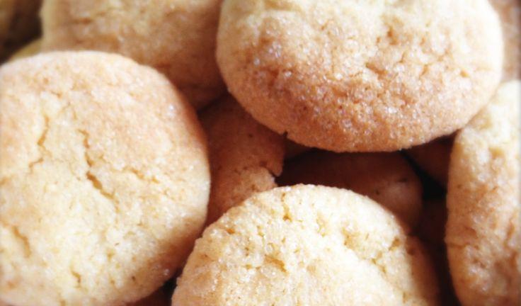 Recept voor frisse Citroenkoekjes. Een koekje met een hoog 'door eet gehalte'. Het doet me denken aan zo'n lekkere, kleffe, citroencake maar dan krokant.