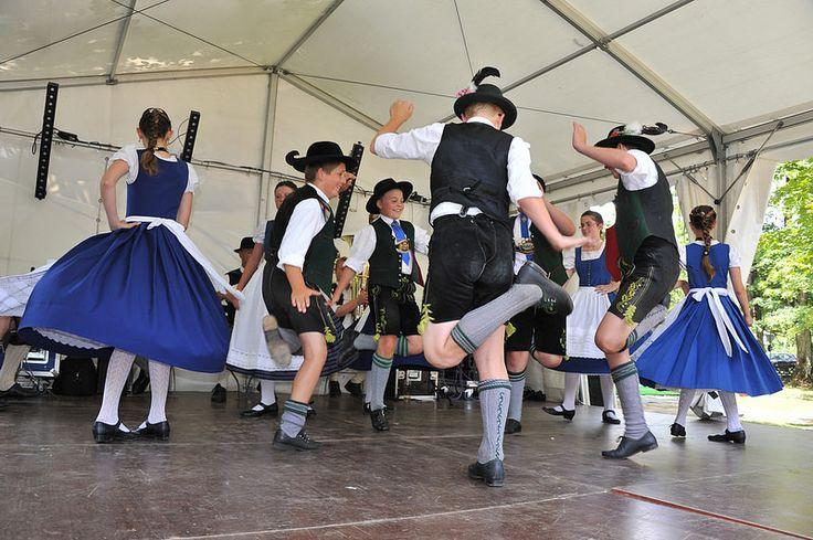 Traditionelle bayrische Tänze am dritten Tag des Buchenhainer Waldfest im Biergarten in München Süd 20. Juli 2014