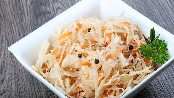 Vitamín K2 obsahuje i Pickels neboli kvašená zelenina, včetně kysaného zelí.