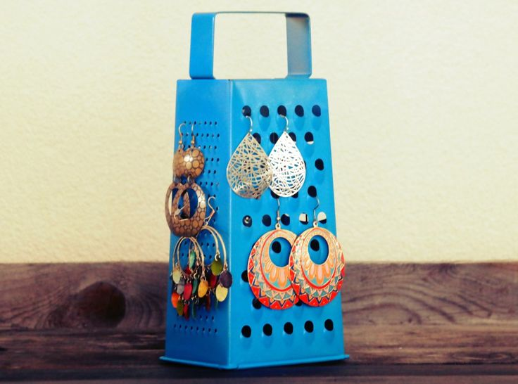 Maak van een #keukenrasp deze leuke #oorbellen #standaard! #oorbel #houder #diy #rasp #earrings