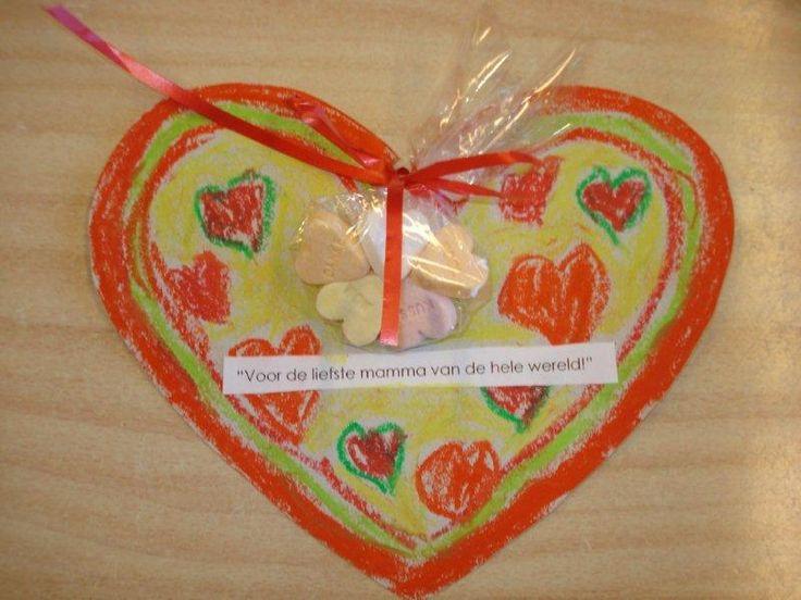 leuke hart voor moederdag( met klein zakje hartjessnoepjes )
