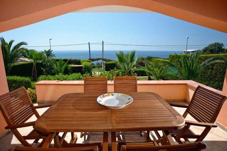 Prachtige 6 pers. villa op Sicilië, 100m van de zee, gelegen langs de prachtige kust ten zuiden van Siracusa, in het hart van het beschermde natuurgebied Plemmirio, een natuurlijke omgeving die zeer populair is bij de liefhebbers van duiken en snorkelen.