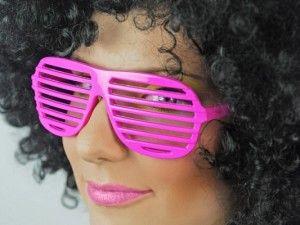 Okulary żaluzje w kolorze różowym. Świetny dodatek na imprezę z w stylu lat 80-tych.