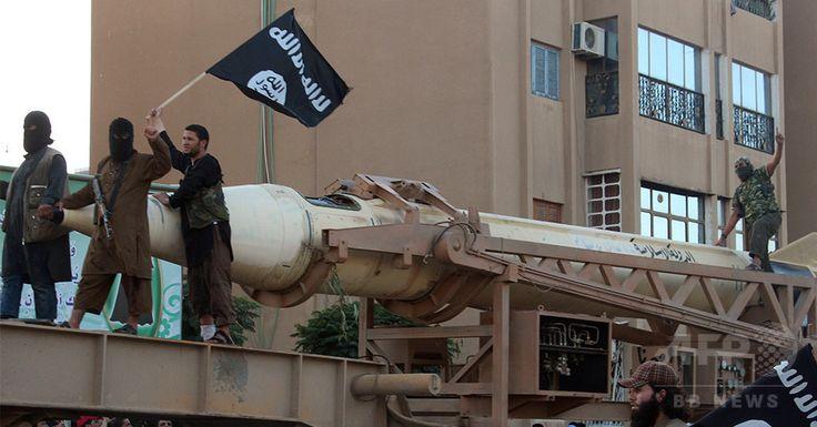 イスラム武装勢力系メディア「ウェラヤット・ラッカ(Welayat Raqa)」が公開した、シリア北部ラッカ(Raqa)の街路を進む、イスラム教スンニ派(Sunni)過激派組織「イスラム国(Islamic State、IS)」の戦闘員たちを写したとされる画像(2014年6月30日撮影)。(c)AFP/HO/WELAYAT RAQA ▼27Aug2014AFP|「イスラム国」が米政府に強いる戦争政策の転換 http://www.afpbb.com/articles/-/3024266