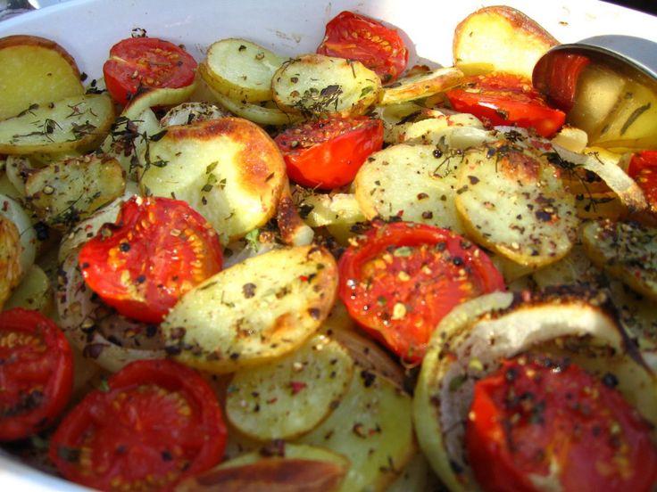 Ovnsstekte poteter med løk og tomater