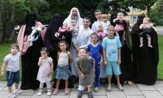 Syrer mit vier Frauen und 23 Kindern erhält monatlich ca. 30.030 € - Symbolbild. Mit den Deutschen kann man es je machen!
