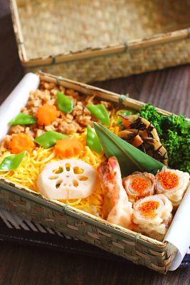 きつねちらし寿司蓮根の甘酢漬け白葱の豚バラロール揚げ海老の天ぷら蓮根とひじきの当座煮菜の花の辛子醤油和え今日は、「菊乃井」のきつねちらし風弁当。元ネタはこちら(笑)福岡に住む人間故、食べた事は無いので見た目だけ真似っこです(゚&forall