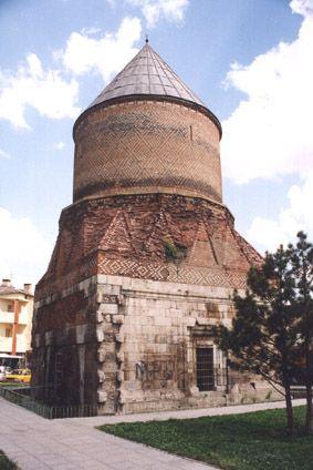 Sivas Güdük Minare-En önemli  özelliğini sizlere açıklamadan geçemeyeceğim güdük minarenin cenazelik bölümünnde olmasıdır.silindirik tuğla ile örülmüş en harika görünümü ile adıyla ünlenmiştir.