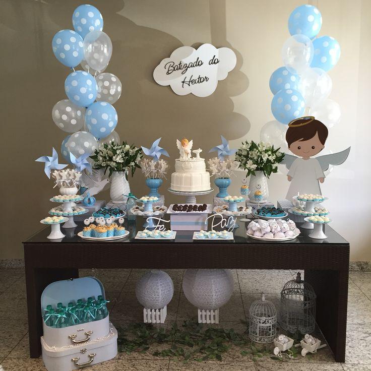 O branco e azul foram as cores escolhidas pra compor essa linda mesa de batizado. Os balões a gás sempre dão um toque especial a nossa decor