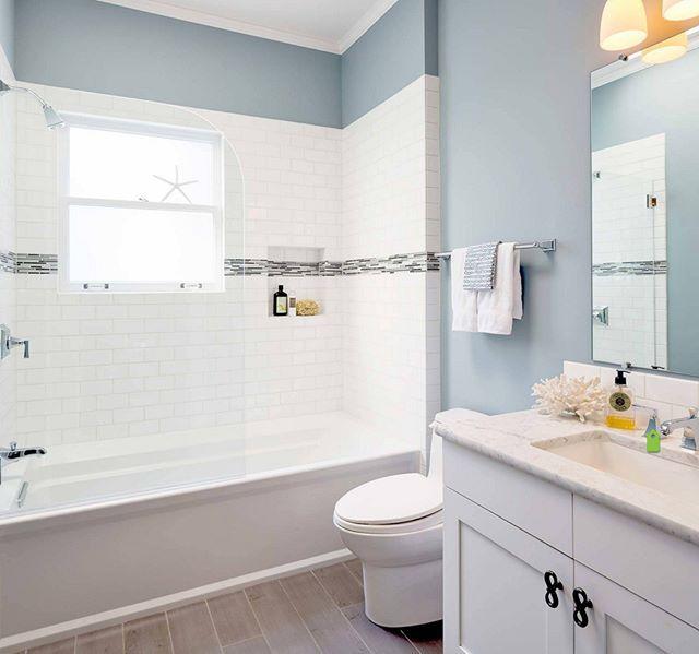 Güzellik ille de ihtişam gerektirmez. Ahşap renki yer fayansları, denizleri hatırlatan duvar boyası, beyaz banyosu ile bu banyo sade ama mükemmel bir uyum içinde. #dekorasyon #dekorasyonfikirleri #dekorasyonönerisi #dekorasyonönerileri #dekorasyononerisi #banyo #banyodekorasyonu #banyodekorasyon #banyofikirleri #marifetix #marifetix.com #evdekorasyon