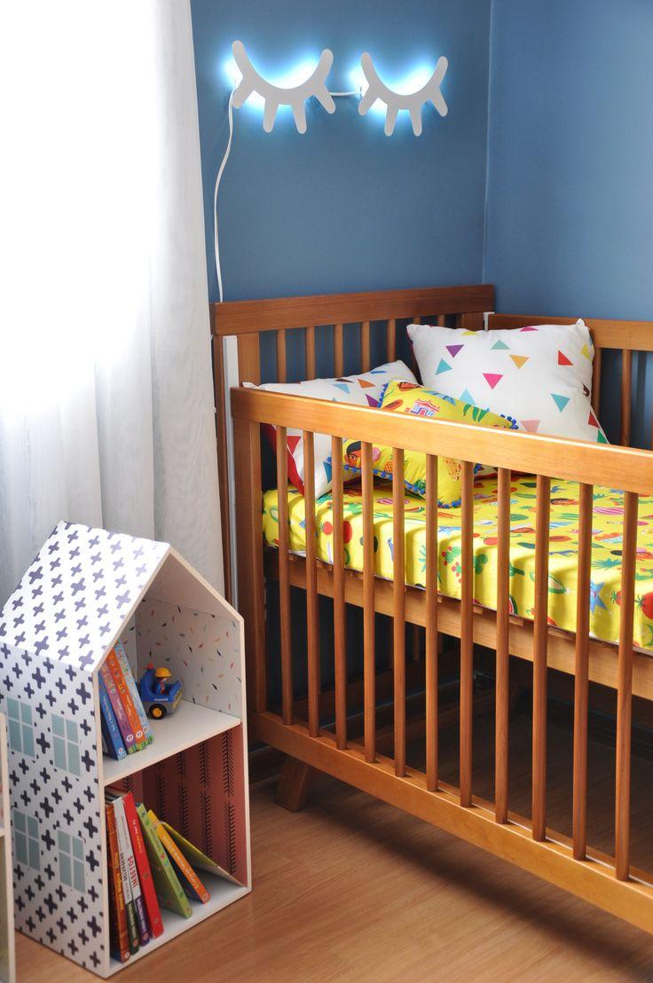 O destaque da semana é o quartinho do Joaquim, decorado pela tia arquiteta #coisadedeus @isabelafigueiro!   Pintura em 3 cores na parede é o charme do quarto. Arandela cílios, mesa lateral, nichos e prateleiras são da @cadodesignoficial. Roupa de cama e almofadas da MOOUI finalizam o look, com lençol na estampa MÉXICO, e almofadas toy TIGRE, VILAREJO e CACTOS.  #archilovers #nursery #quartodemenino #quartodebebe #decor #decoracao #interiores #interiors #beautiful #style #trend #home #details