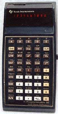 """Texas Instruments TI 58. Calculadora programable, hermana menor de la TI 59 (ya que no dispone de la lectograbadora de programas). Cambiando el módulo maestro """"Master Library Module"""" por otros módulos, se pueden explotar otras funciones, como cálculos aéreos, navieros o de seguros"""