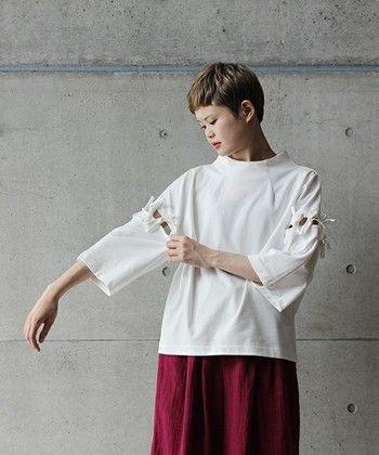 デザイン性のあるトップスは、合わせるボトムスによってスタイリングに深みが生まれるので個性を打ち出すのがポイントです!存在感のある袖のリボンがこだわりのディテールで、目を惹くスタイルの完成です。