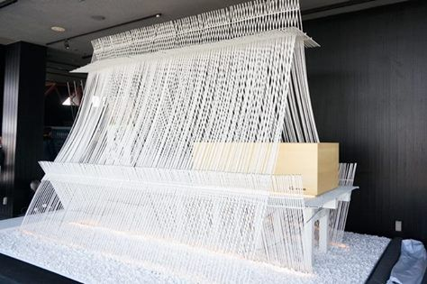 在東京鐵塔裡泡隈研吾蓋的湯屋? 小山薫堂為發揚日本泡湯文化所企劃的「天空の湯会」,請來了建築師隈研吾在東京鐵塔的大展望台裡設置了一個以熱可塑性炭素繊維複合材「CABKOMA」做成神殿模樣的泡湯處。 這個設計旁邊還放著京都大德寺真珠庵山田宗正和尚所寫的「湯道溫心」。 泡湯雖然只限定活動開始的3月4日那一個晚上,但是作品展示會持續到2016年3月31日。 其實隈研吾在去年就與研發出這種纖維材質的小松精練合作,將纖維與建築結合,改裝小松精練的舊公司大樓,作為「fa-bo」實驗室的展示場。 via 天空の湯会、 fa-bo
