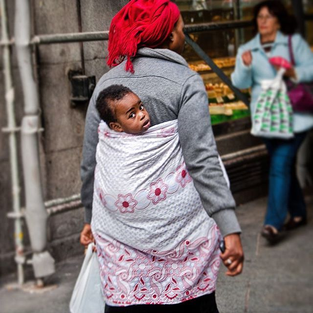 Mother's day #mother #mothersday #woman #girl #africa #african #red #redhead #streetphotography #street #madrid #spain #black #afro #manumarra #photooftheday #photography #photo #tbt #baby #cute #beautiful #picoftheday #igers #instatravel #instagood #instalike #travel #turism #adventure