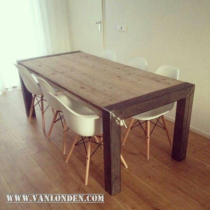 Tafel met stoere poten van staal en een blad van steigerhout. www.vanlonden.com