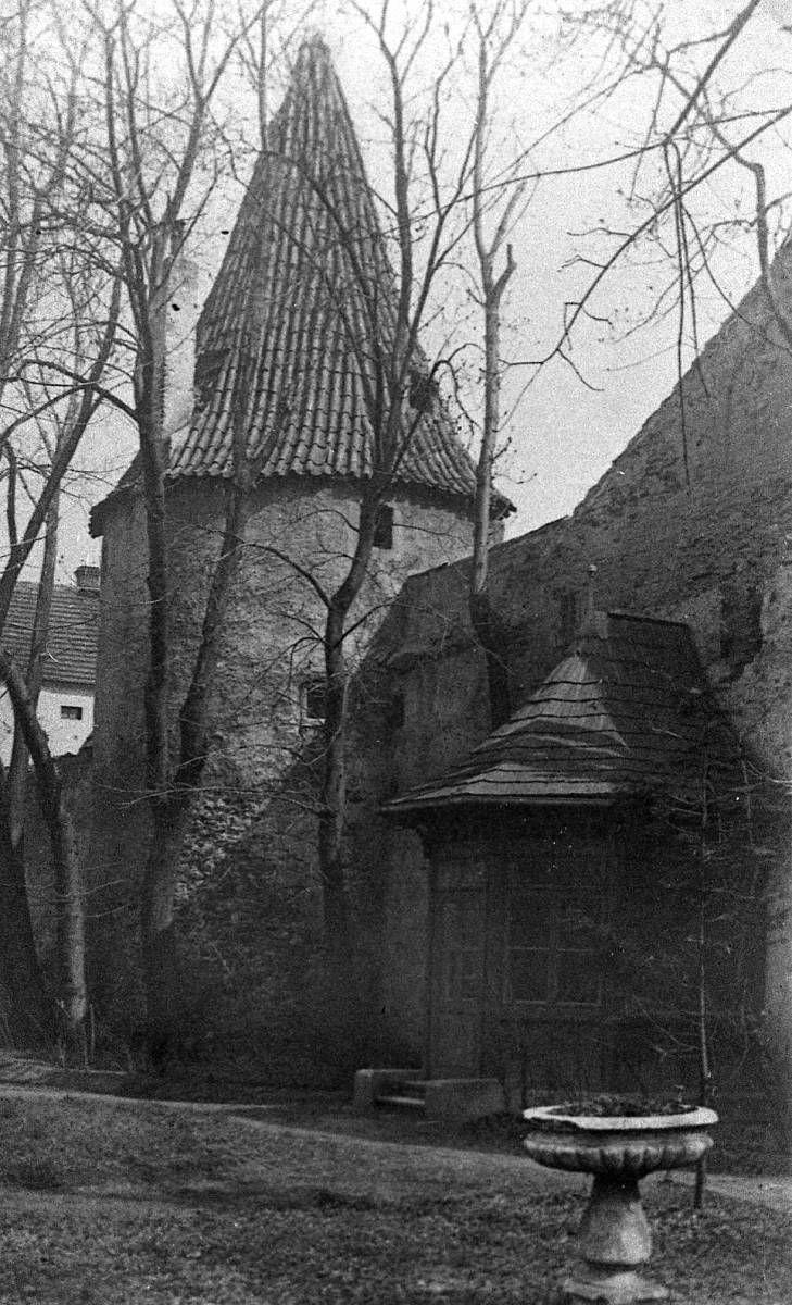 Parky a zahrady: Biskupská zahrada s hradební věží, zvanou Otakarka; sbírka J. Dvořáka.