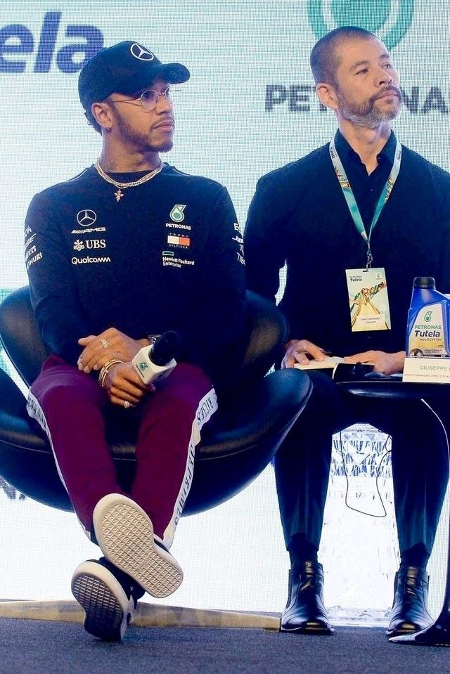 Lewis Hamilton wearing Mercedes-Benz AMG Petronas F1 Lewis Hamilton 2018 Black  Flat Brim Hat  8325cc045c1b