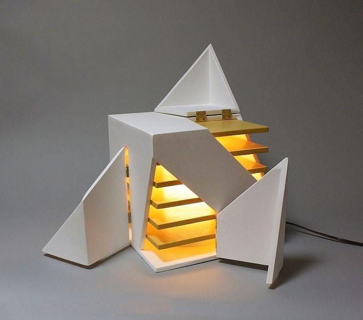 Cette sculpture lumineuse qui se rapproche d'une lampe est imaginée par l'architecte et designer Michael Jantzen. Partie d'un cube blanc, cette oeuvre est une réflexion sur la lumière et son interaction en architecture. Les faces découpées et articulées laissent entrevoir le design intérieur, la forme générale de la sculpture peut se modifier pratiquement à l'infini. Il faut voir dans cette sculpture une réflexion de Michael Jantzen sur une évolution architecturale de ses futurs bâtiments...