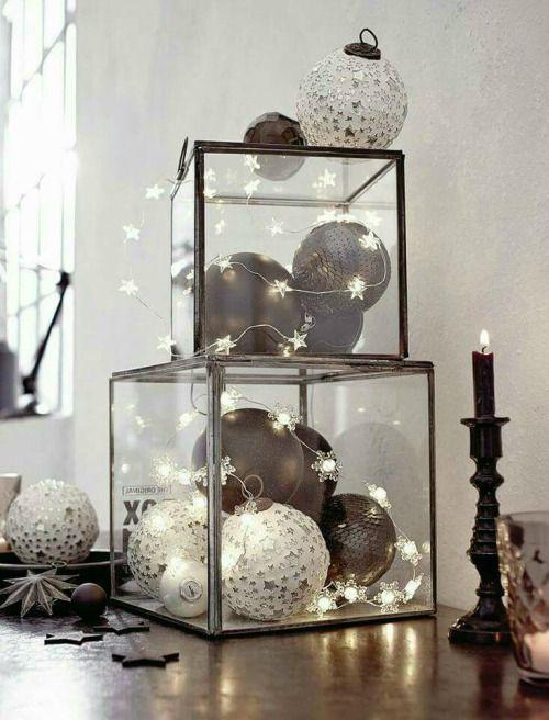 Decoratie met kerstverlichting in glazen boxen