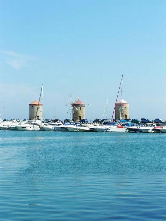 Rhodos, de molens in de haven.