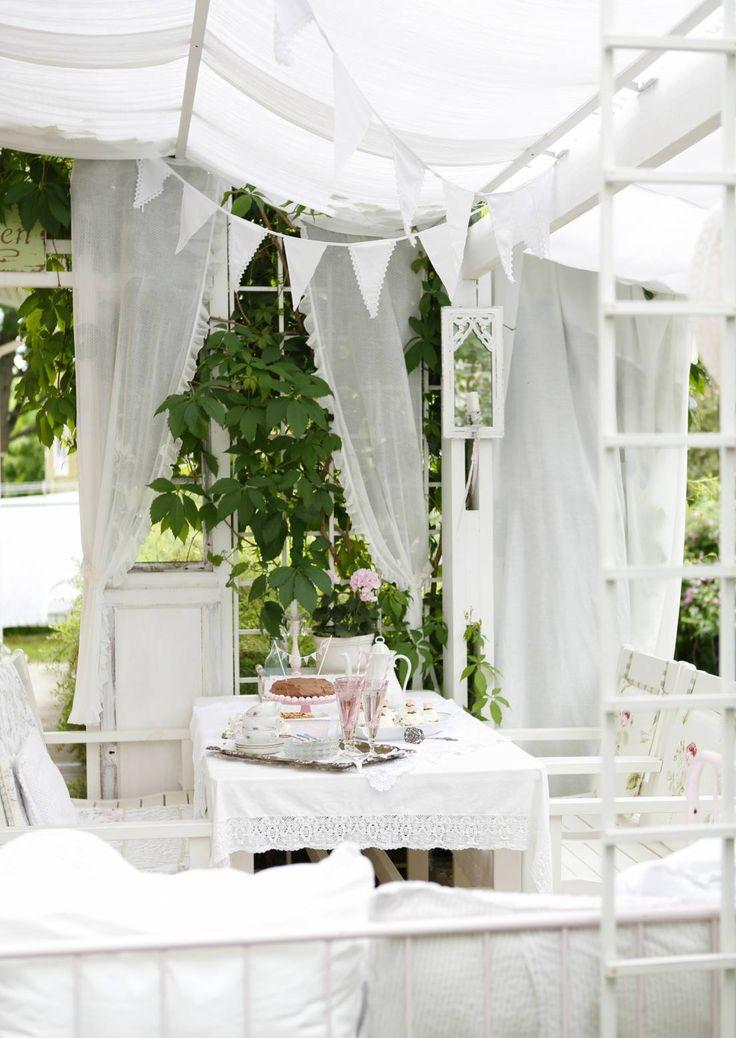 Huvimaja voi olla olla puinen paviljonki, iso leikkimökki, valmiina ostettu metallikehikko tai verhoilla tuunattu terassi. Katso ideat pihan huvimajaan.