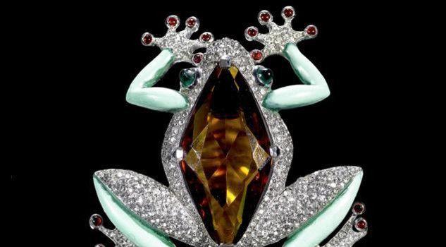 SPILLA CON RANA / BROOCH WITH FROG  Alfred Philippe per Trifari, 1941-42 Fusione in metallo rodiato,smalto verde acqua,cristallo giallo a imitazione topazio, vetri rossi e verdi, pav di strass/