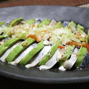 13/05/26 アボカドとしめサバのねぎキムチがけ+by+yuu@koujuanさん+|+レシピブログ+-+料理ブログのレシピ満載! キムチの素を加えて、ピリッとした風味に! + [2人分] ・アボカド:1個++・しめサバ:半身1枚 ・ネギみじん切り:15cm分 ・レモン汁:大さじ1.5++・醤油:小さじ1 ・香寿庵+特選キムチの素...